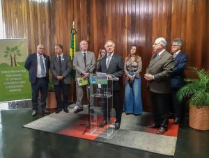 Renault Castro, presidente executivo da Abralatas, discursa na cerimônia de lançamento da Frente Parlamentar